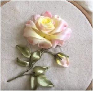 роза вышитая лентами